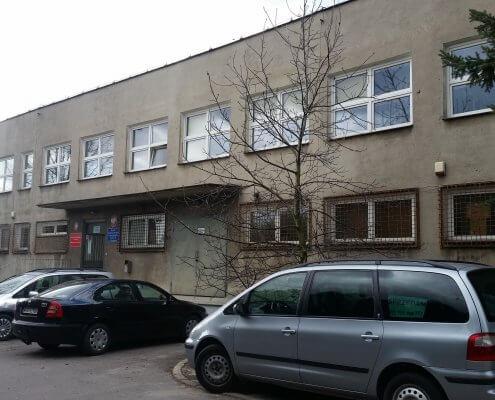 zdjęcie budynku policji podczas wykonywania inwentaryzacji przyrodniczej