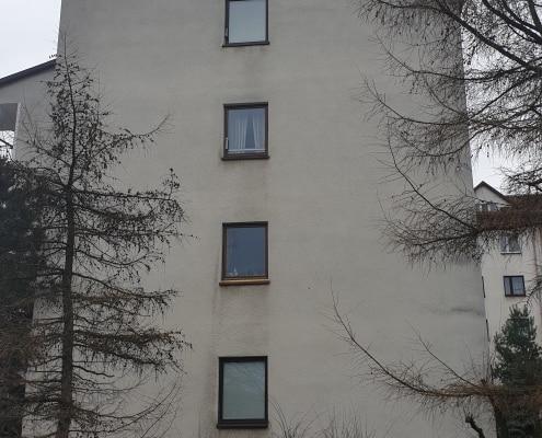 zdjęcie fragment trawnika oraz budynek przy ulicy Babimojskiej w Warszawa