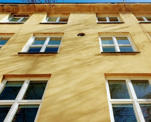 zdjęcie elewacji budynku z oknami