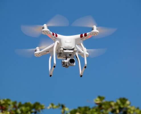 dron na tle nieba drony w badaniach przyrodniczych monitoring przyrodniczy
