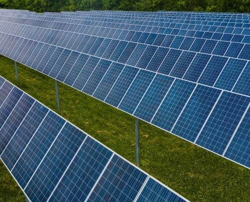 zdjęcie farmy fotowoltaicznej na trawie decyzja środowiskowa