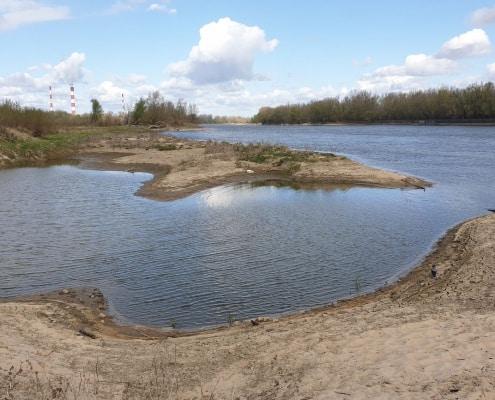 zdjęcie rzeka wisła woda piasek fragment nieba z chmurami w oddaleniu kominy inwentaryzacja przyrodnicza